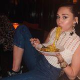 """Modisch gekleidet ist die Sängerin ja, aber muss Miley Cyrus den Mund so voller Nudeln nehmen? """"Macht es zur Mode"""", postet sie nicht ganz ernst gemeintüber Instagram."""