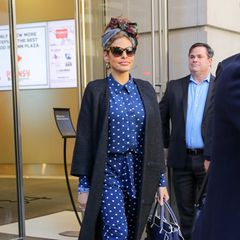 19. März 2018  Eva Mendes lässt sich seit der Geburt ihrer Kinder nicht besonders oft in der Öffentlichkeit blicken. Umso erfreulicher ist ihr stylischer Auftritt vor einem Bürogebäude im New York.