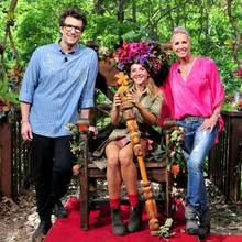 Dschungelkönigin Evelyn Burdecki umringt von den Moderatoren Daniel Hartwichund Sonja Zietlow