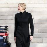 In einem bodenlangen, schwarzen Mantel erscheint Fürstin Charlénebei der Messe anlässlich der Feierlichkeiten Sainte Dévote 2019 in Monte-Carlo (Anmerkung der Redaktion:Es wird der Heiligen Devota, der Schutzpatronin Monacos, gedacht).
