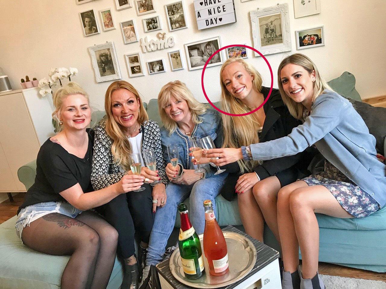 """Kommt Ihnen diese Blondine bekannt vor? YanaMorderger (r.) möchte mit Hilfevon Shoppingbegleitung und Zwillingsschwester Tayisiya Morderger, bekannt aus """"Bauer sucht Frau"""" 2018, die Shoppingkrone Dortmunds gewinnen."""