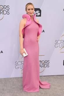 Volants statt Ärmel: Emily Blunts Kleid von Michael Kors bezaubert durch 3D-Stoffbahnen, die ihren Oberkörper umhüllen.