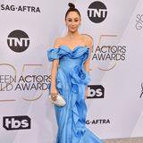 Cara Santanas Kleid fällt wie Wellen an ihrem Körper herab. Der Entwurf vonErmanno Scervino wirkt wie ein Ozean im Wind.