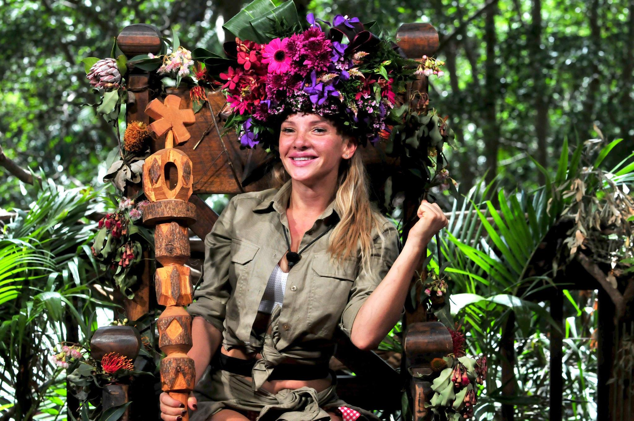 13. Staffel - 2019 - Evelyn Burdecki  Wie im Vorjahr hat sich eine Frau die Dschungelkrone erkämpft. Evelyn Burdecki heißt die Dschungelkönigin 2019. Durch ihre sympathisch, verpeilte Art, konnte Evelyn die Herzen der Zuschauer gewinnen und sich im Finale gegenFelix van Deventer und Peter Orloff durchsetzen.