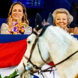 """Prinzessin Margarita und Prinzessin Beatrix besuchen das Reitturnier """"Jumping Amsterdam"""" und verfolgen das Geschehen von der Tribüne ..."""