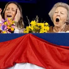 Wie kaum ein Anderer fiebern Prinzessin Margarita und Prinzessin Beatrix bei dem Dressur- und Springturnier mit und schneiden dadurch unfreiwilligkomische Grimassen.