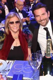 """Zu den """"Screen Actors Guild Awards"""" in Los Angeles kommt Bradley Cooper nicht in Begleitung seiner Partnerin Irina Shayk, sondern besucht die Veranstaltung zusammen mit seiner MutterGloria Campano, die neben ihrem Sohn eine gute Figur macht."""