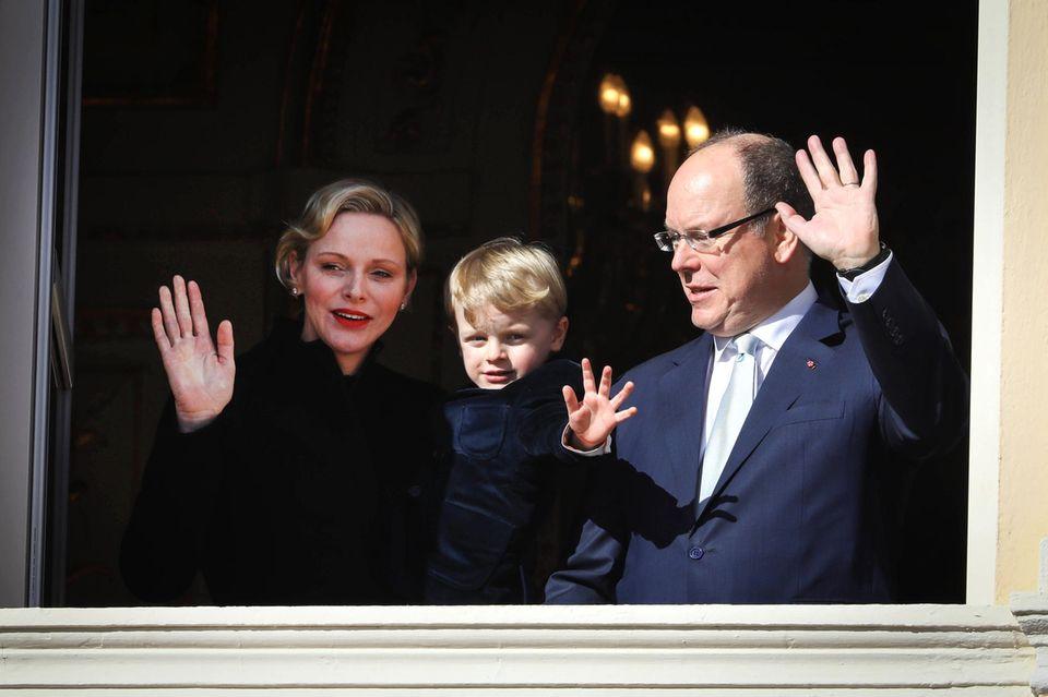 27. Januar 2019  Fürstin Charlène, Sohn Prinz Jacques und Fürst Albert grüßen bei den Feierlichkeiten der Sainte Dévote 2019 (wo derder Heiligen Devota, der Schutzpatronin Monacos, gedacht wird) vom Balkon.