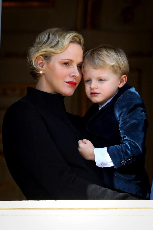 27. Januar 2019  Etwas schüchtern kuschelt sich Prinz Jacques bei dem Termin in Monte-Carlo in die Arme seiner Mutter.