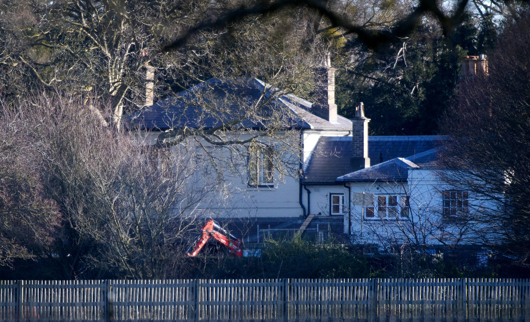 """Ein Bagger steht am 26. Januar 2019 im Hintergarten von """"Frogmore Cottage"""
