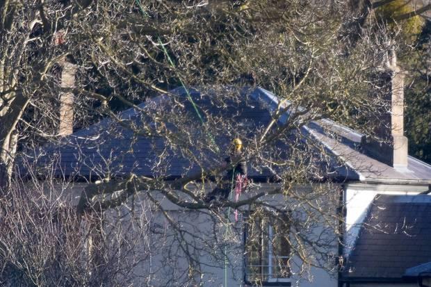 """""""Frogmore Cottage"""" under construction: Ein Arbeiter werkelt am 26. Januar 2019 am Anwesen von Prinz Harry und Herzogin Meghan."""