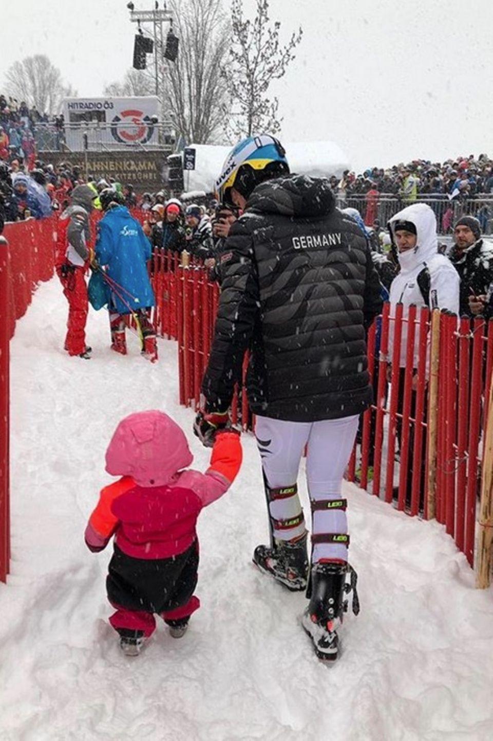 """""""Bye bye Kitzbühel"""" schreibt Felix Neureuther zu diesem süßen Schnappschuss mit seiner Tochter. Matilda hatte ihren Papa im rosafarbenen Schneeanzug zum """"Kitzbühel-Slalom"""" begleitet und stapfte fröhlich an der Hand des Skifahrers durch den Schnee."""