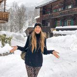 Alessandra Meyer-Wölden spaziert durch das verschneiteKitzbühel. Dabei verzichtet sie auf eine Jacke, aber immerhin ein Stirnband wärmt ihre Ohren.