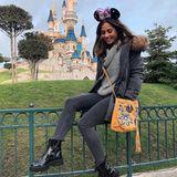 Im Disneyland ist Sarah Lombardi im Dezember im dicken Parka und Boots unterwegs. Warm hält auch ihr großer Strickpullover. Die bestickt Umhängetasche sorgt für den fröhlich farblichen Akzent.