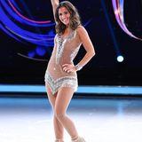 Ein weiteres von Sarah Lombardis Kostümen für die Show auf Eis ist diesesKristall-Kleid, das ein wahrer Hingucker ist. Der hautfarbene Stoff schafft die Illusion, als würde Sarah lediglich Diamanten auf ihrer Haut haben.