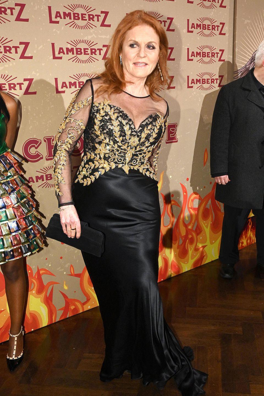 28. Januar 2019  Sarah Ferguson ist der Stargast des heutigen Abends und bringt in einer schwarzen Robe mit goldenen Applikationen royalen Glamour auf den roten Teppich.
