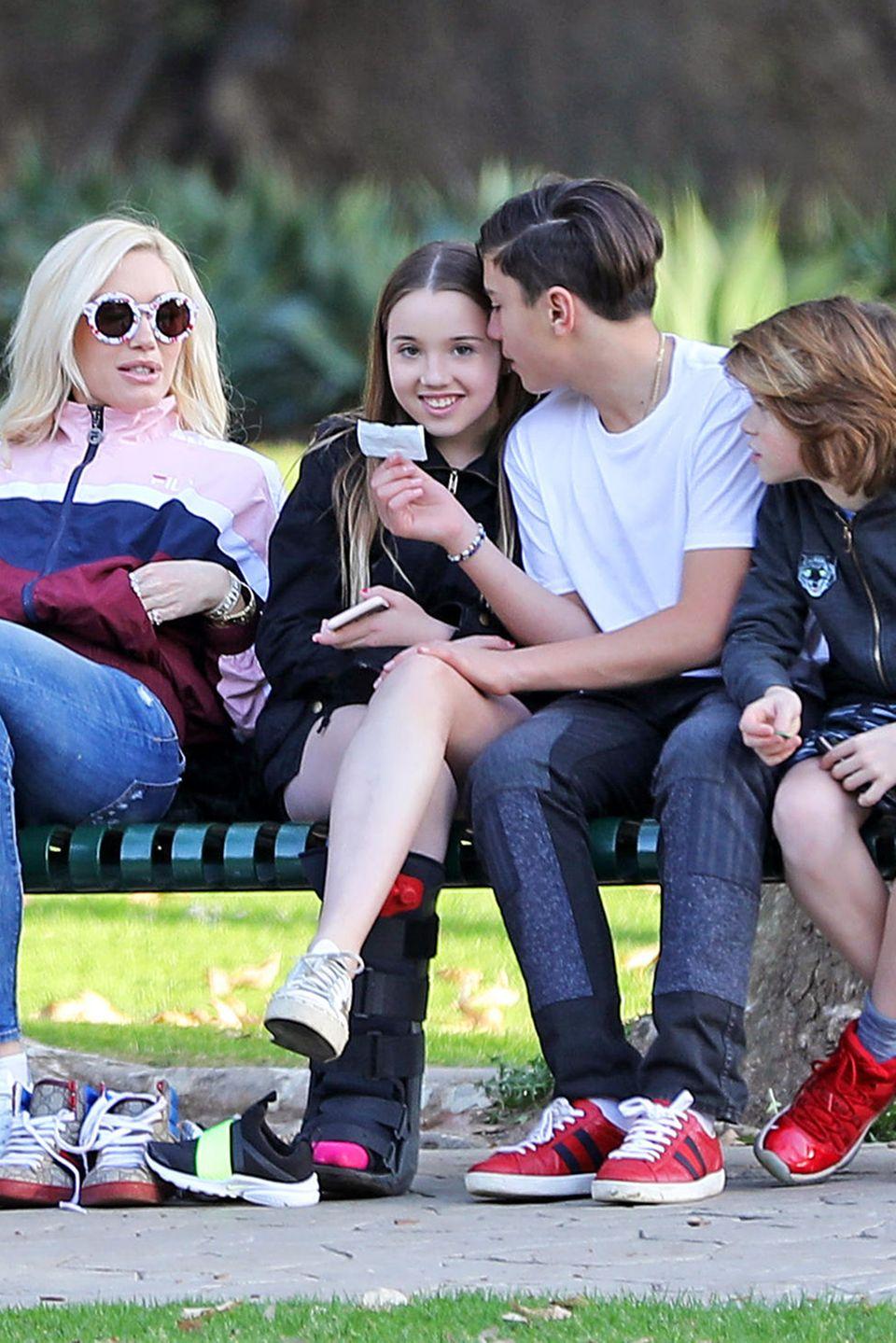 Gwen Stefani(l.) mit Sohn Kingston Rossdale (2.v.r.), seiner Freundin und einem Kumpel