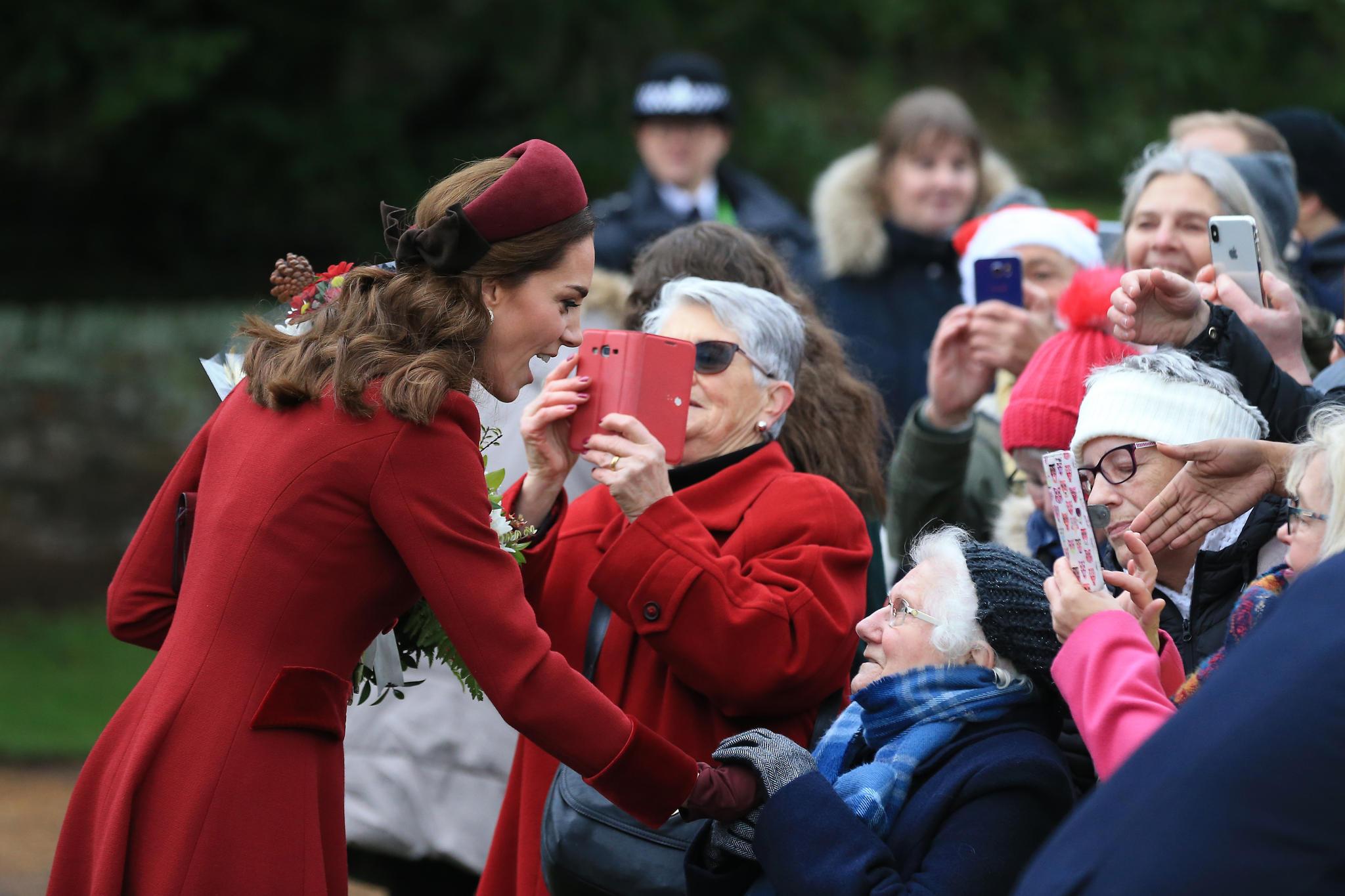 Lächeln, Hände schütteln, Blümchen halten: Die Parade-Disziplinen einer Königin beherrscht Kate bereits. Bei offiziellen Anlässen trägt sie gern kräftige Farben – die Fotografen lieben sie dafür