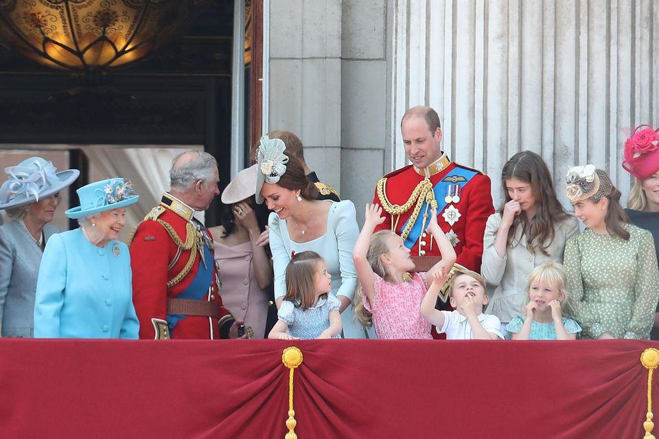 Ein kurzer Blick, der die Nähe zwischen Herzogin Catherine und Queen Elizabethoffenbart, hier im Juni 2018 auf dem Balkon des Buckingham-Palasts