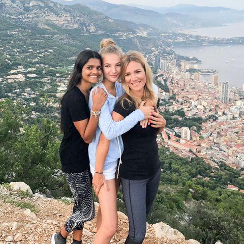 Jessica Stockmann (r.)mit ihren Töchtern Nisha (l.) und Nicita (Mitte)
