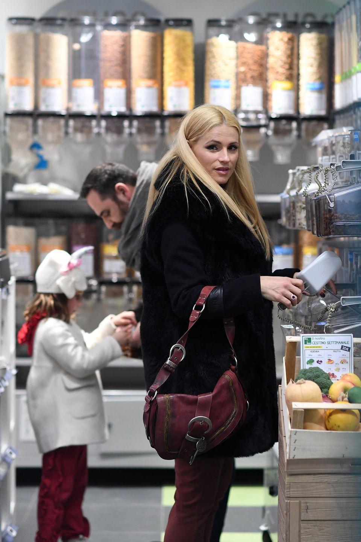 In Mailand wird Michelle Hunziker in einem verpackungsfreien Laden gesichtet. Mit einer kleinen Schaufel bewaffnet wühlt die Moderatorin sich durch die Produkte und setzt damit auch ein Zeichen für den Umweltschutz.