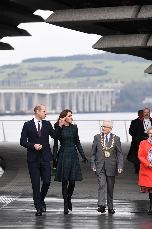 Den Mantel in blau-grünem Schottenkaro von Alexander McQueen hat sie sich jedoch nicht extra für ihren Besuch in Schottland gekauft. Er ist schon seit 2012 im Besitz der Herzogin. Dazu trägt sie eine schwarze Strumpfhose und schwarze Pumps.