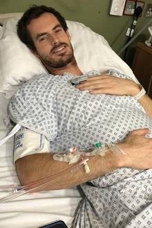 """Tennis-Star Andy Murray grüßt vom Krankenbett. Der Olympiasieger hat sich einer Operation unterziehen lassen, in der er ein künstliches Hüftgelenk eingebaut bekommen hat. """"Hoffentlich wird das nun das Ende meiner Hüftschmerzen bedeuten"""", postet Murray. In dem Sinne: gute Besserung."""