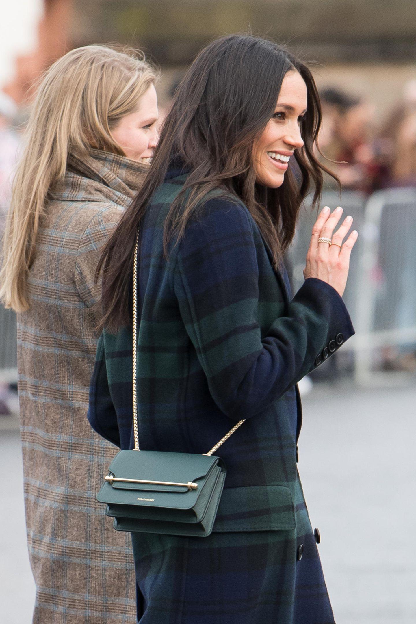 Huch! Herzogin Meghan wählte im Februar 2018 ebenfalls einen blau-karierten Mantel für ihren ersten offiziellen Besuch in Edinburgh. Außerdem kombinierte auch die Schwägerin von Herzogin Catherine eine kleine, grüne Tasche zu ihrem Look. Zufall? Wahrscheinlich nicht...