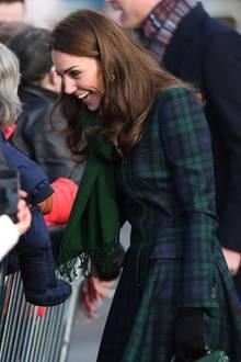 Für einen Besuch in der schottischen Küstenstadt Dundee wählt Herzogin Catherine einen blau-grün-karierten Mantel von Alexander McQueen. Dazu kombiniert sie dunkle Handschuhe und einen grünen Schal.