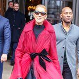 Im Rahmen der Haute-Couture-Schauen in Paris sorgt Céline Dion für ein Hingucker-Outfit nach dem nächsten. Mit dieser Kreation aus Tüll, Samt und Leder sorgt sie erneut für Aufsehen und wird kurzerhand zum Liebling aller Fotografen.