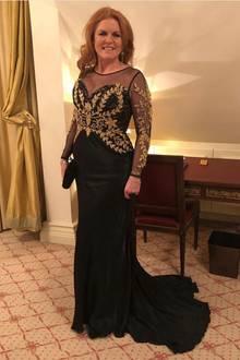 """Royaler Besuch in Deutschland: Sarah Ferguson, die Herzogin von York, ist für die """"Lambertz Monday Night"""" nach Köln gereist. Auf Instagram teilt sie ein Foto von sich im Hotel, kurz bevor es auf den roten Teppich geht. Für ihren Besuch der Veranstaltung setzt die Herzogin auf ein schwarzes Abendkleid mit goldenen Stickereien, Spitze und transparenten Einsätzen. Ihre Haare trägt sie leicht gelockt."""