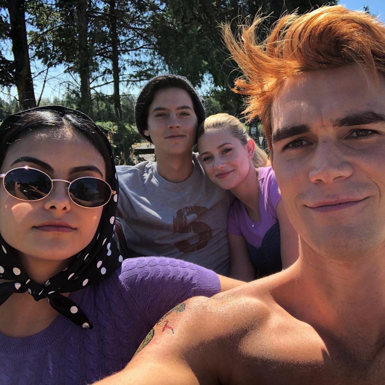 """29. Januar 2019  Die Stars der Serie """"Riverdale"""" Camila Mendes, Cole Sprouse, Lili Reinhart und K.J. Apa (v. l. n. r.) scheinen sich auch privat gerne zu treffen. """"Das war ein spaßiger Tag"""", postet """"Veronica Lodge""""-Darstellerin Camila."""