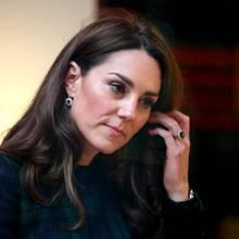 Passend zu dem Verlobungsring bekommt Herzgin Catherine auch Ohrstecker aus Dianas Schmucksammlung geschenkt. Allerdings lässt Kate die edlen Stücke aus Saphiren und Diamanten zu Hängern abändern, bevor sie sie selber trägt.