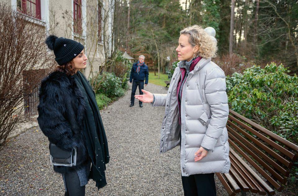 André (Joachim Lätsch, h.) beobachtet, wie Natascha (Melanie Wiegmann, r.) gegenüber Nadine (Erika Kibar, l.) die Beherrschung verliert