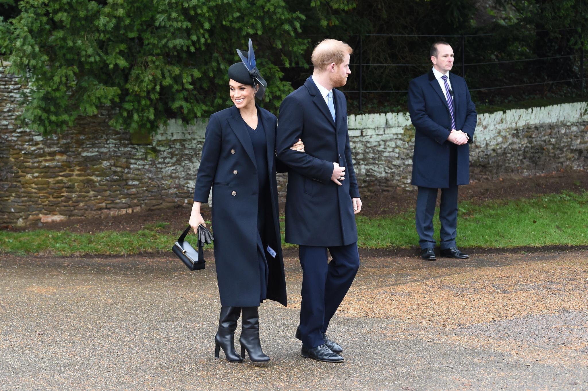 Von den Schuhen bis zur Handtasche: Meghan entscheidet sich für den Weihnachtsgottesdienst für einen kompletten Look von Victoria Beckham.