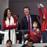 Große Freude über den Sieg der Dänen im Finale der Handball-WM herrscht auch bei der Kronprinzenfamilie, und passend zu den Farben der dänischen Flagge hat sich Mary einen lässigen Look in Rot mit weißem Schal ausgesucht.