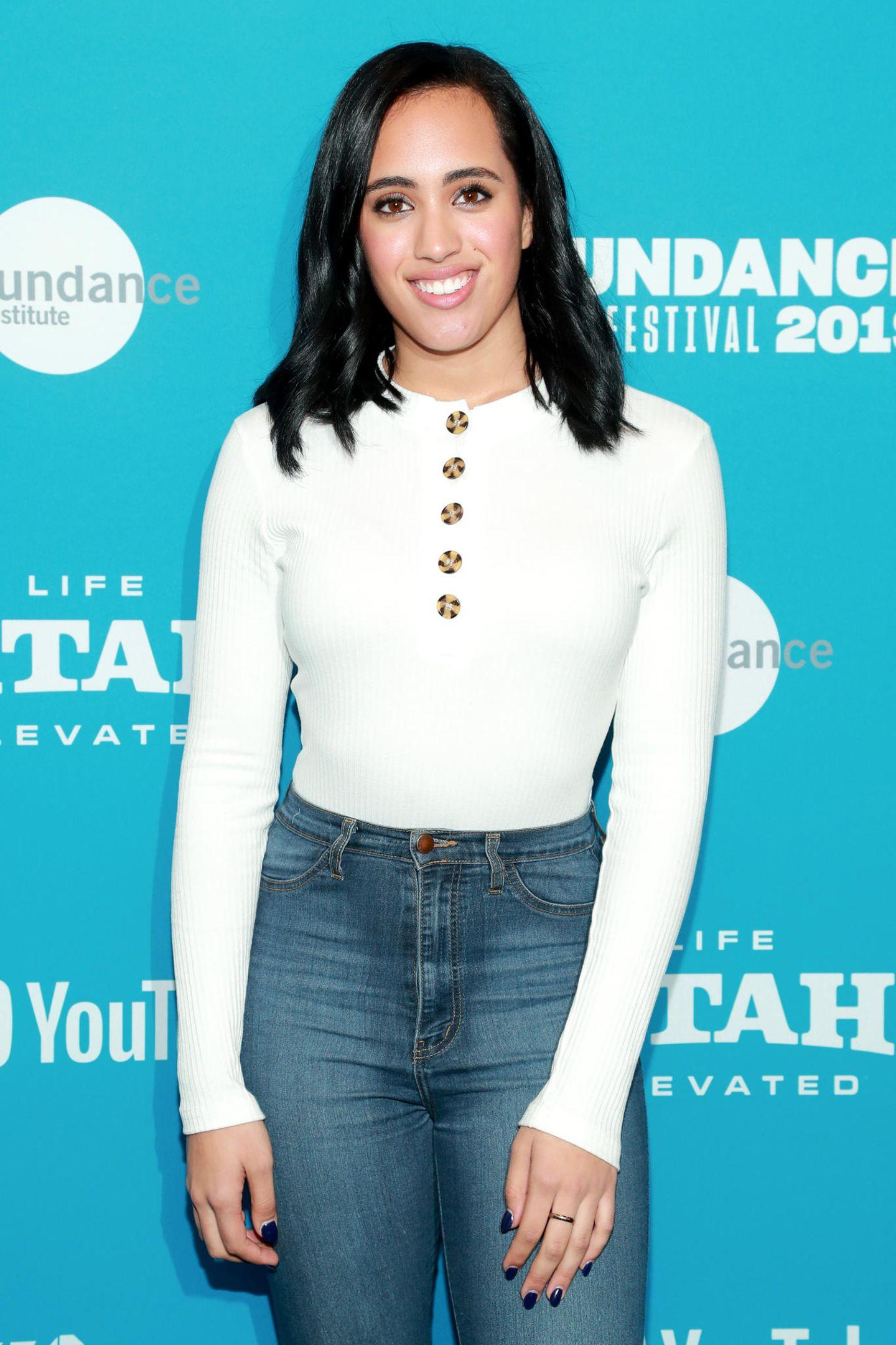 """Bei einem Red-Carpet-Auftritt während des """"Sundance Film Festivals"""" 2019 zeigt sich Simone als junge, erwachsene Frau. Papa Dwayne Johnson darf ruhig stolz auf seine hübsche Tochter sein."""