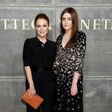 Julianne Moore hat ihrer Tochter Liv Freundlich nicht nur ihr gutes Aussehen vererbt, sondern auch ihre Liebe für tolle Mode. Liv (16) begleitet ihre Mama daher gerne mal zu Fashion-Shows.