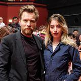 Schauspieler Ewan McGregor dürfte stolz auf seine Tochter Clara sein, nicht nur weil die 22-Jährige eine echte Schönheit ist, sondern auch weil sie beruflich in seine Fußstapfen steigen möchte. Dass sie sich auf ihrem Instagram-Profil allerdings gerne sexy und lasziv präsentiert, dürfte ihm aber wahrscheinlich weniger gefallen.