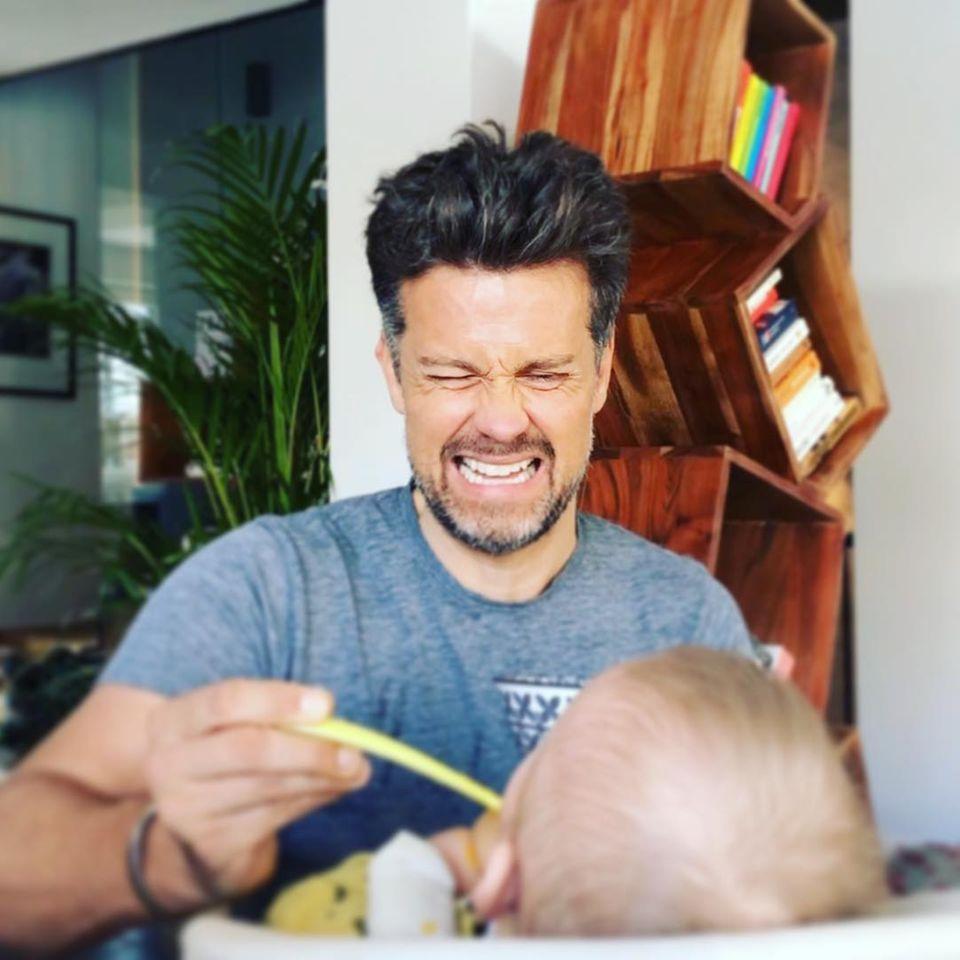 Väter können das vielleicht verstehen: Einem Baby dieMuttermilch abzugewöhnen, kann ganz schön schlauchen. Schauspieler Wayne Carpendales Gesicht dürfte da Bände sprechen.