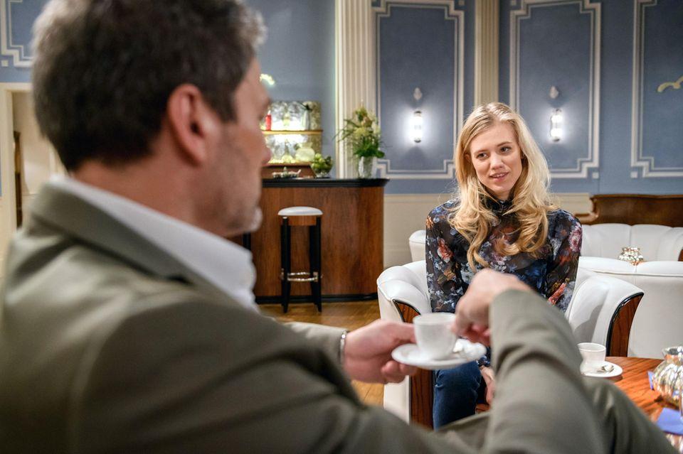 Christoph (Dieter Bach) und Ex-Frau Alicia (Larissa Marolt) unterhalten sich in Folge3103