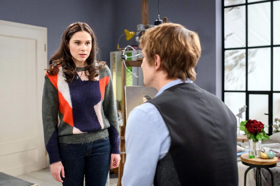Viktor (Sebastian Fischer) hat eine gute Nachricht für seine Schwester Denise (Helen Barke) in Folge 3107