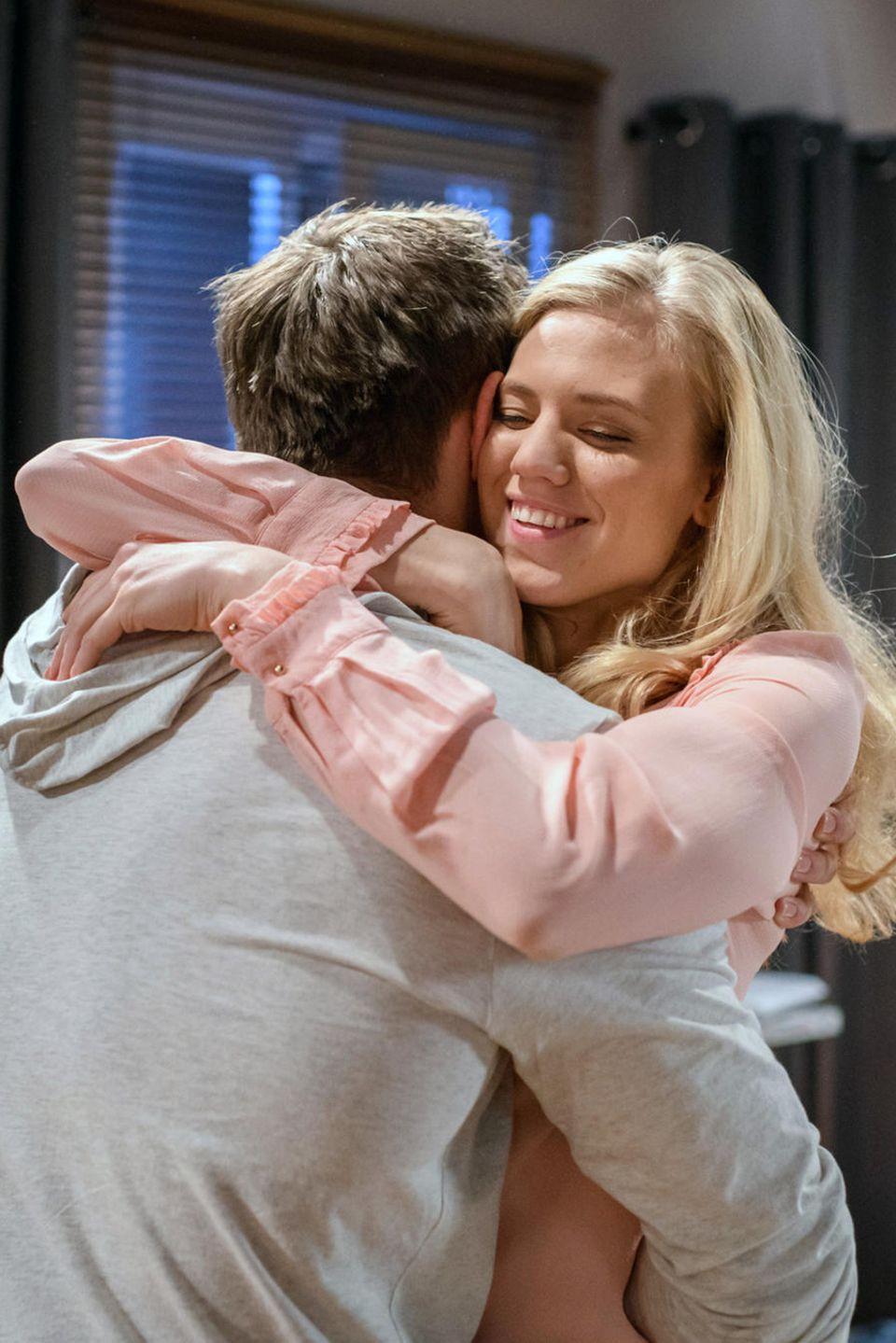 Alicia (Larissa Marolt) und ihr Bruder Paul (Sandro Kirtzel) freuen sich in Folge 3106