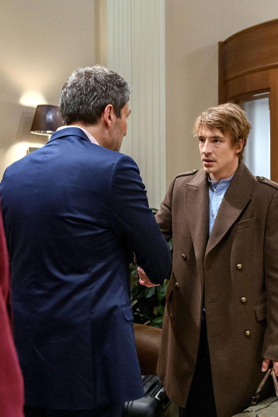 Christoph (Dieter Bach) verabschiedet sich in Folge 3107 von Viktor (Sebastian Fischer) und Alicia (Larissa Marolt)