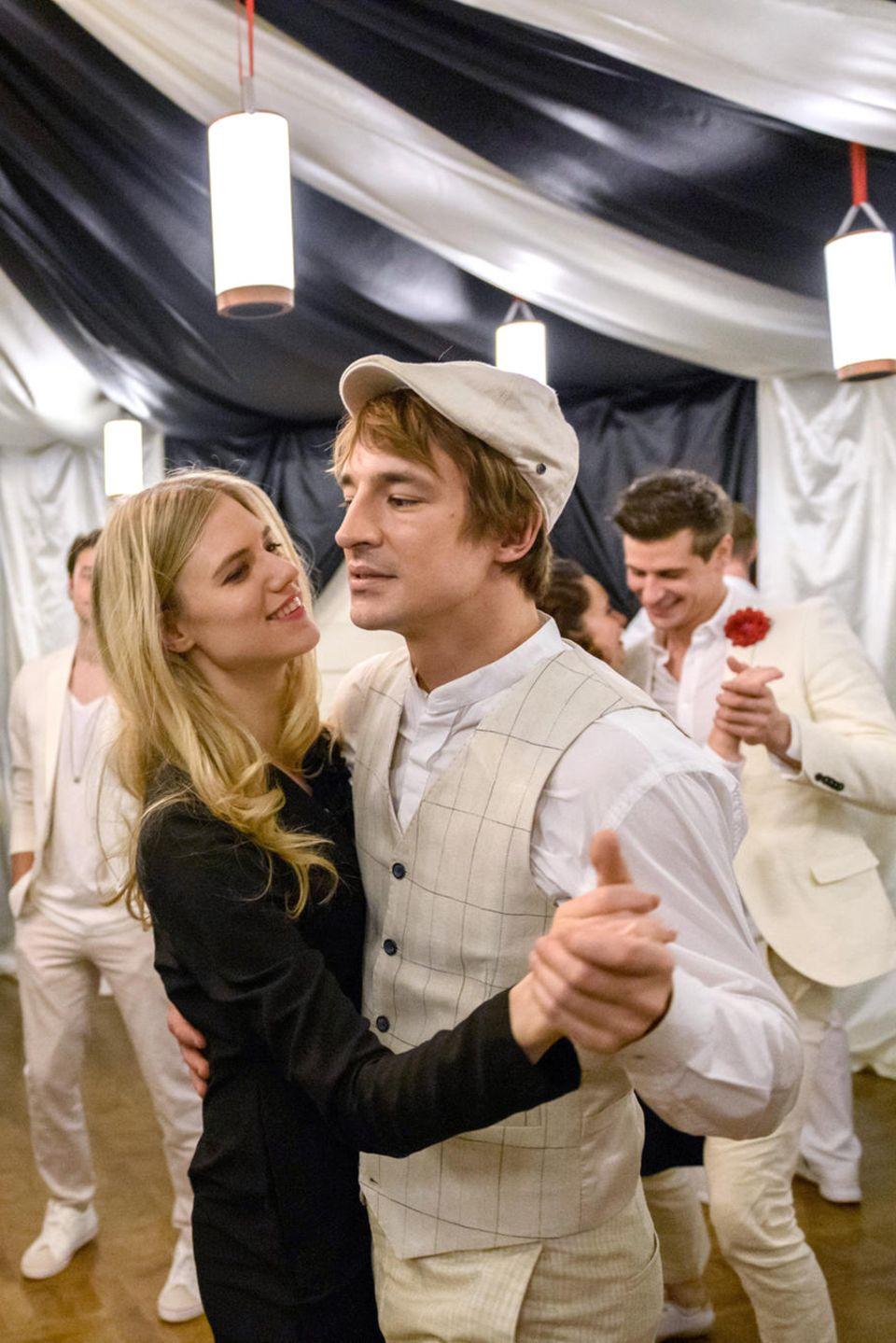 Alicia (Larissa Marolt) und Viktor (Boris Saalfeld) genießen in Folge 3104 die Hochzeit von Boris (Florian Frowein) und Tobias (Max Beier)