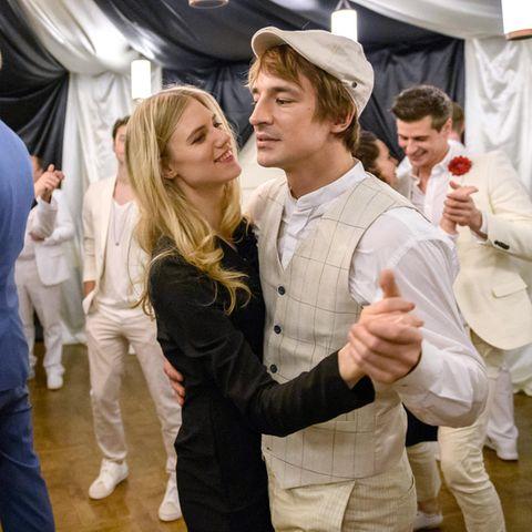 Alicia (Larissa Marolt) und Viktor (Sebastian Fischer)