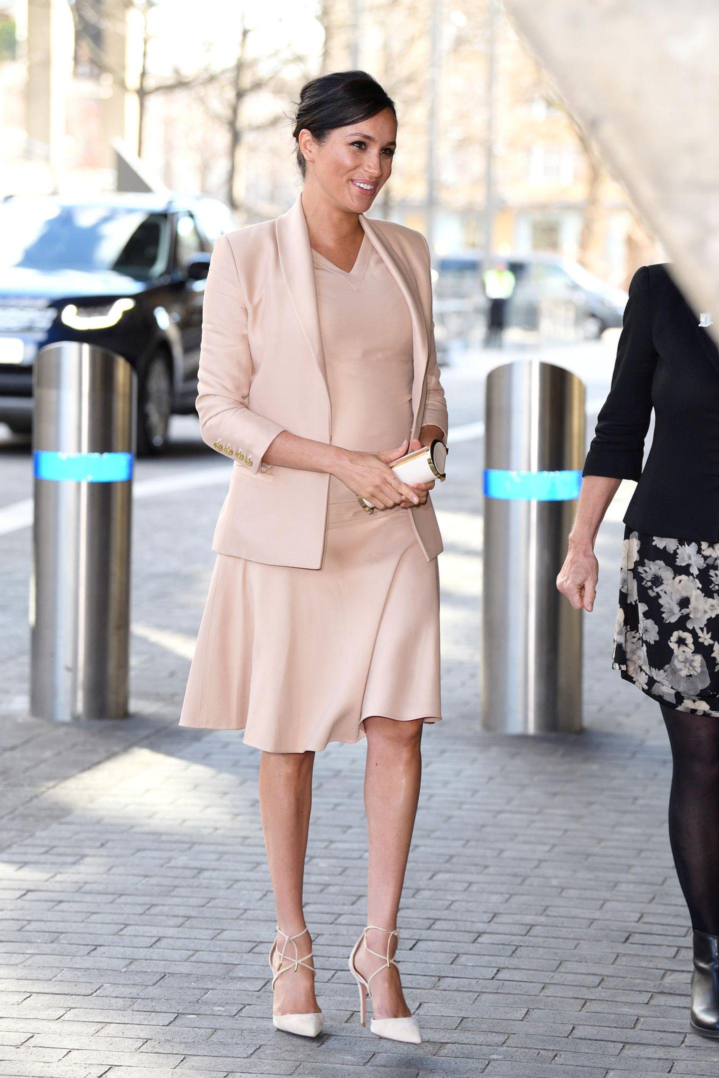 In einem blassrosa Ensemble von Brandon Maxwell begeistert Herzogin Meghan die Fans. Das enge Kleid mit V-Ausschnitt setzt ihren wachsenden Babybauch toll in Szene, der Blazer betont ihre trotzdem schmal gebliebene Silhouette. Wer hätte gedacht, dass dieser Look auf dem Runway noch ganz anders aussah...