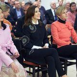 Bei der Eröffnung des Dänemark/Südkorea-Kulturjahres in Aarhus glänzt Prinzessin Mary in einem klassischen Look mit aufregenden Details. Die runden Mosaik-Stickerein auf ihrem Blusen-Kleid verleihen dem Outfit das gewisse Etwas. Marys Schuhe sind allerdings der eigentlich Hingucker ...