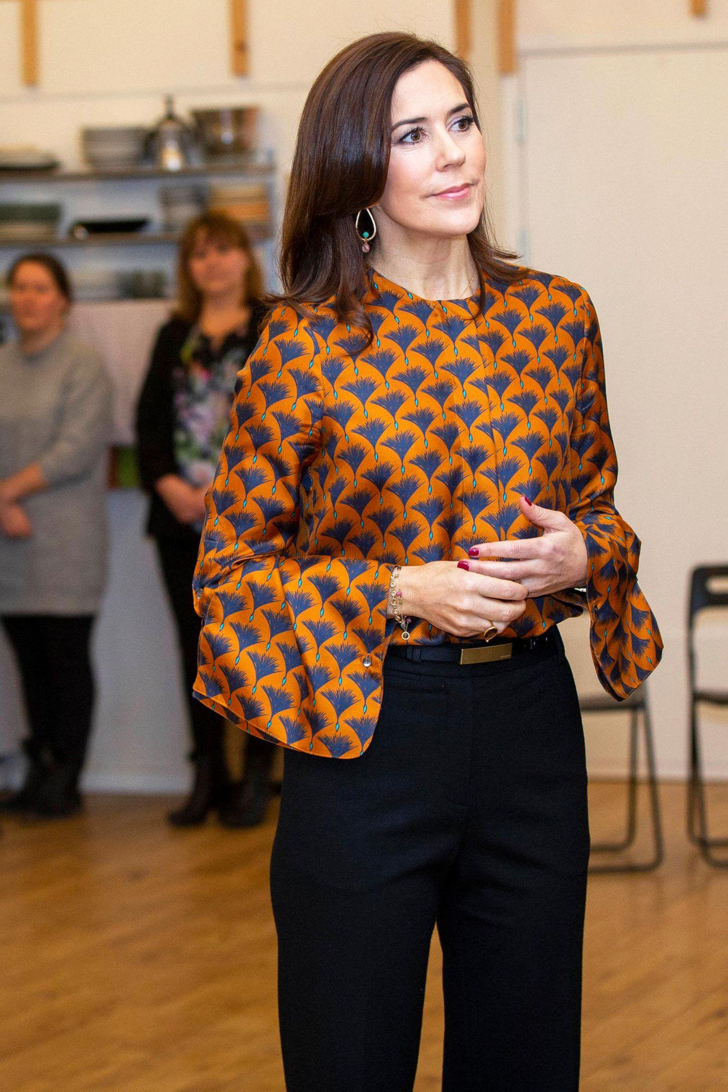 Prinzessin Mary weiß wie sie klassische Modezu eleganten Hingucker-Looks macht. Durch die auffälligen Trompetenärmeln ihres Blusen-Shirts wird ihr Outfit gekonnt aufgewertet.