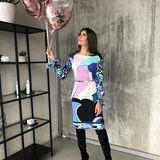 Für den Launch der neuen Kosmetik-Produkte von Hello Body hat sich Cathy Hummels ganz besonders schick gemacht. Den farblich kühlen Retro-Look kombiniert siegekonnt mitschwarzen Overknee-Stiefeln.
